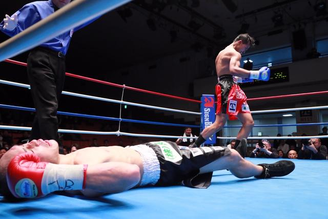 Unknown 15-0 Thai Fighter Apinun Khongsong Scores Incredible Upset in Japan  | REAL COMBAT MEDIA